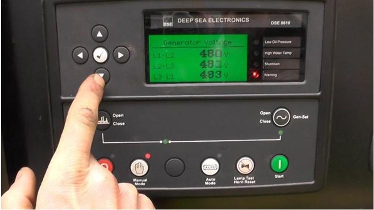 Vận hành máy phát điện bằng bảng điều khiển tự động